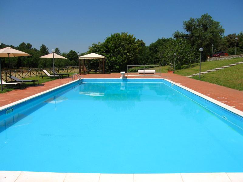 Énorme piscine avec système de son.
