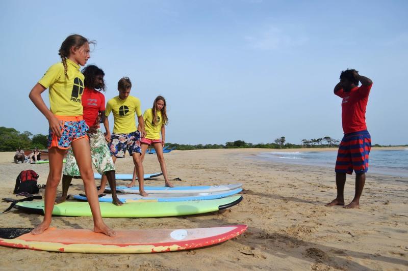 Clases de surf en la playa de Weligama