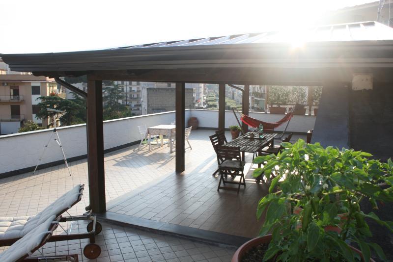 Area comune, terrazza sul tetto con solarium, zona TV, cucina e bagno!
