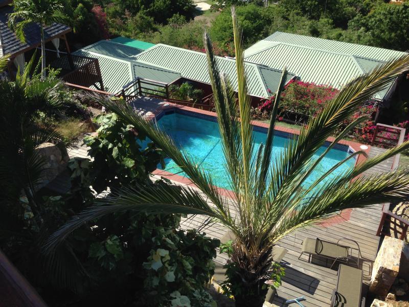 Uitzicht op het zwembad vanaf dek