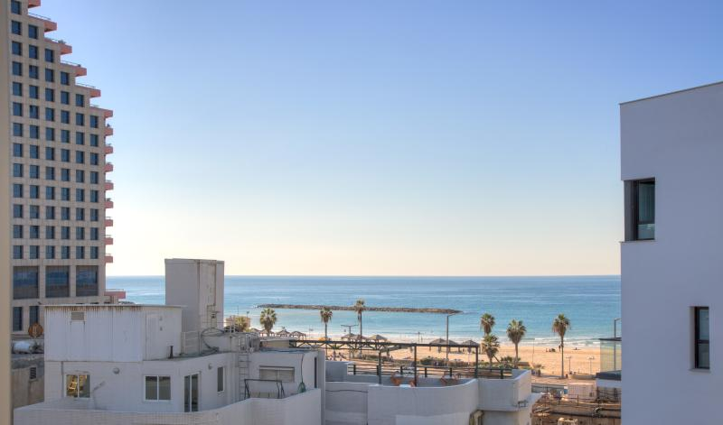 1 Min. to the Beach-55m2-Free Parking & WiFi-Cview, holiday rental in Tel Aviv