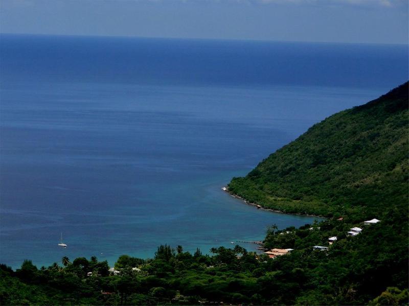 L'Anse de Grande Anse et la maison; 4ème de droite, toit bleu ciel.