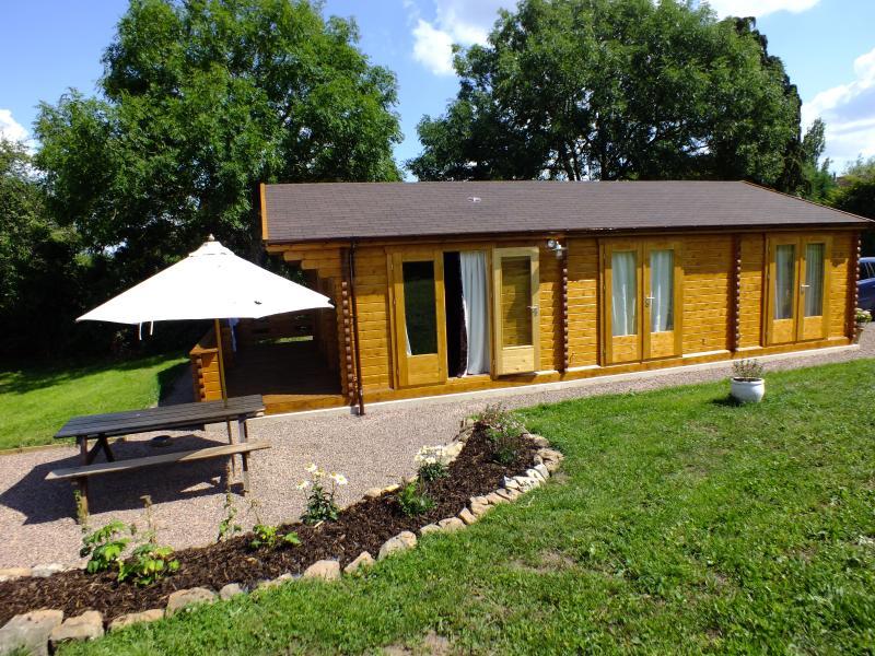 2 dormitorios cabaña de madera con jacuzzi duerme 4. Adoptar todas las 3 propiedades y dormir hasta 11 personas.