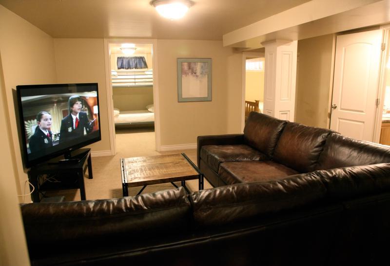 Den fabuleux avec incroyable profond-sièges cuir canapé et 55 pouces TV à écran plat avec câble et dvd