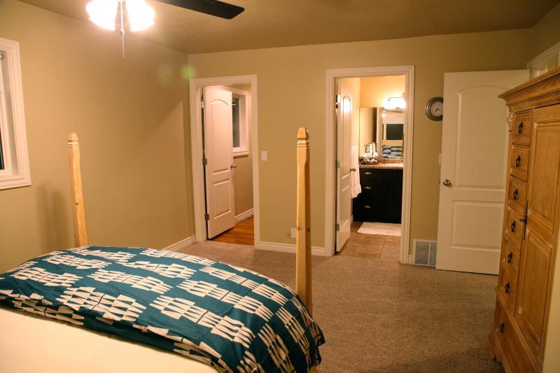 Master de walk-in Closet avec beaucoup d'espace pour vos affaires, salle de bains privé Master