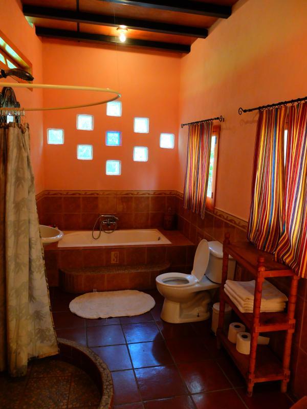 Rey dormitorio cuarto de baño privado con bañera.