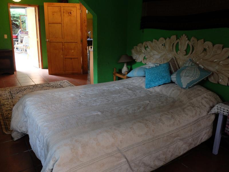 Dormitorio de matrimonio que se adjunta a un dormitorio con una cama individual.