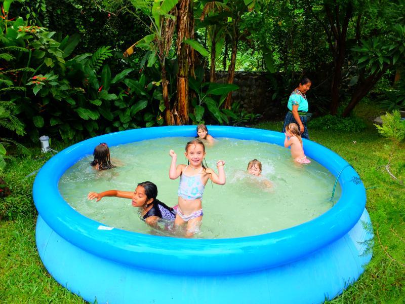 Juegos y piscina para niños grandes.