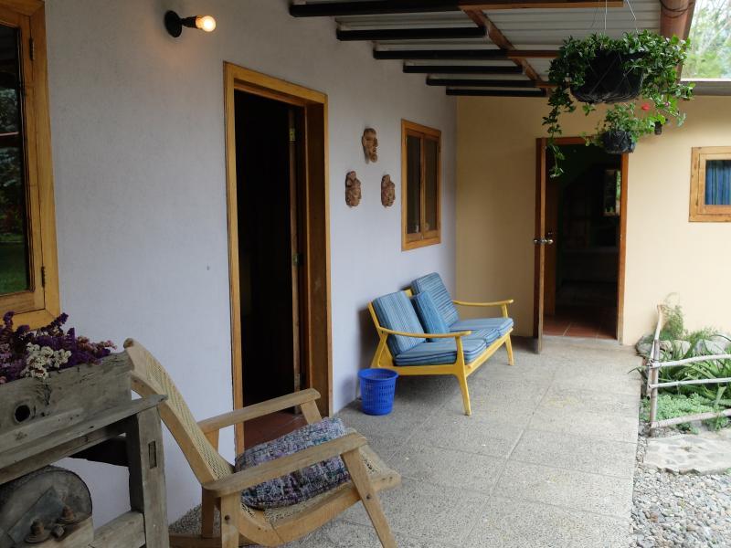 Patio trasero con acceso a cocina y dormitorio, además de barbacoas