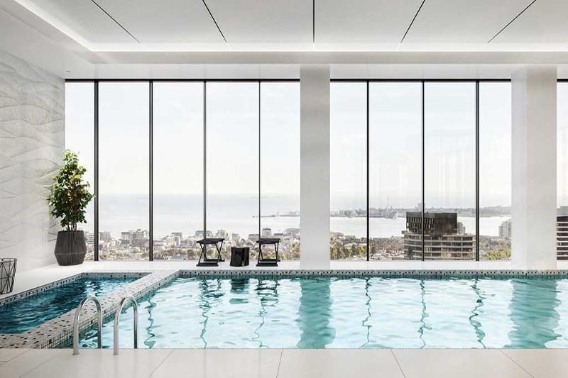 Una piscina cubierta climatizada y Jacuzzi.
