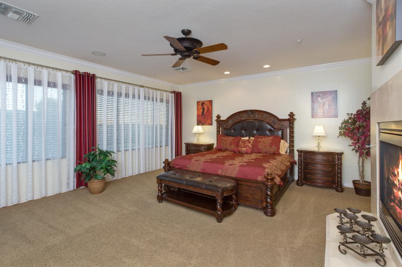 Rey tamaño dormitorio principal con chimenea y TV de alta definición ROKU