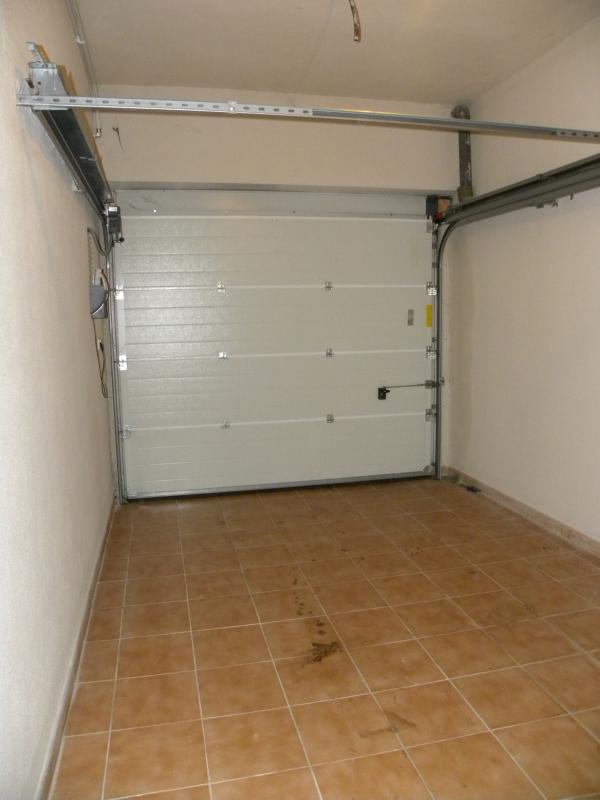 Garaje, en total hay tres plazas.