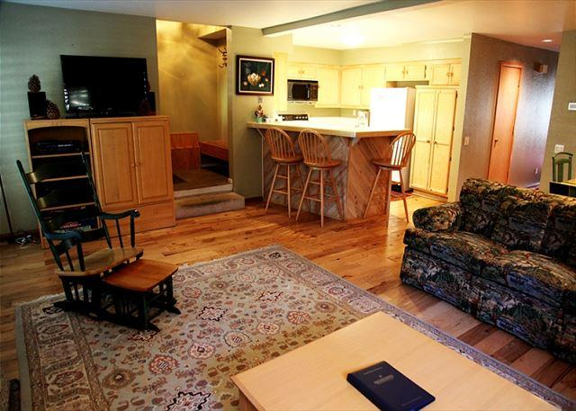 Pet-Friendly, Updated and Warm Condo, Hardwood Throughout, Quiet Location, holiday rental in Mammoth Lakes