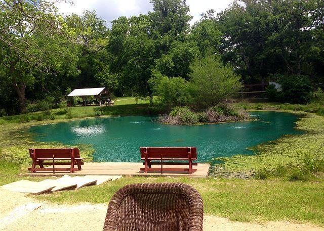 Fully Furnished 3/2 House at Geronimo Creek Retreat! Hot Tub, Fish, Kayak!, casa vacanza a Kingsbury