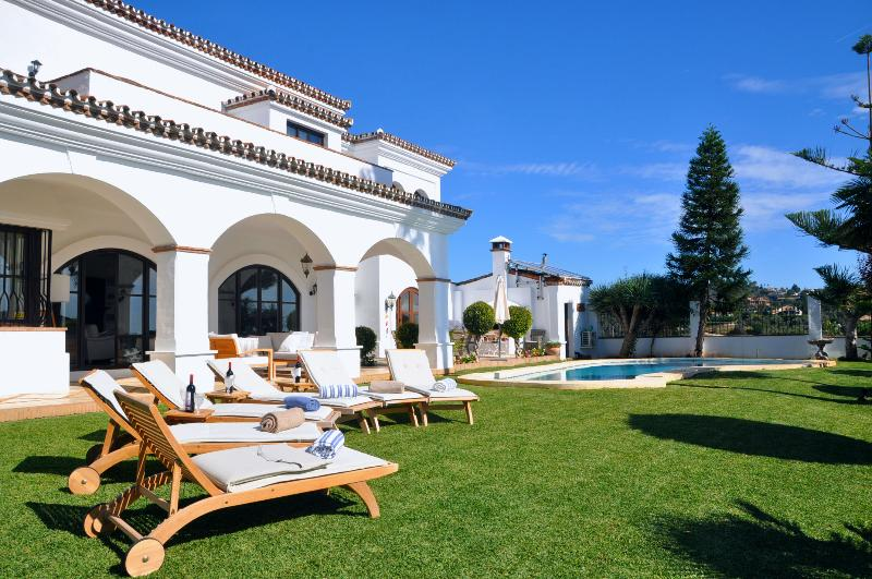 Beautiful Villa with sun loungers