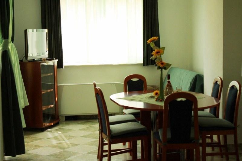 A1 Zeleni (4+1): dining room