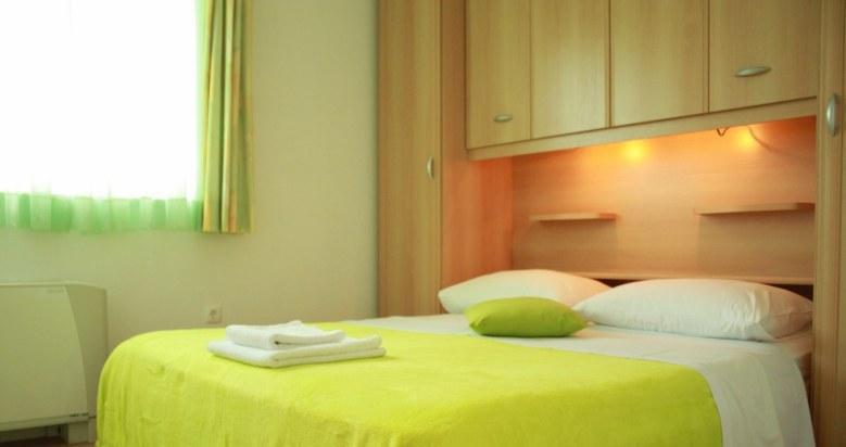 A1 Zeleni (4+1): bedroom