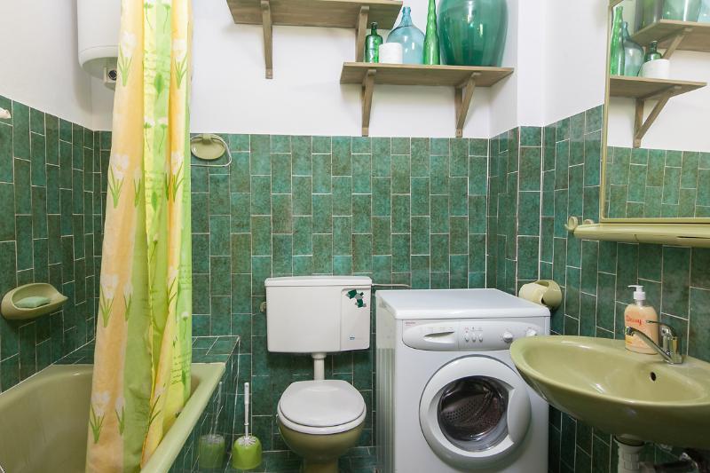 A (6): baño con inodoro.