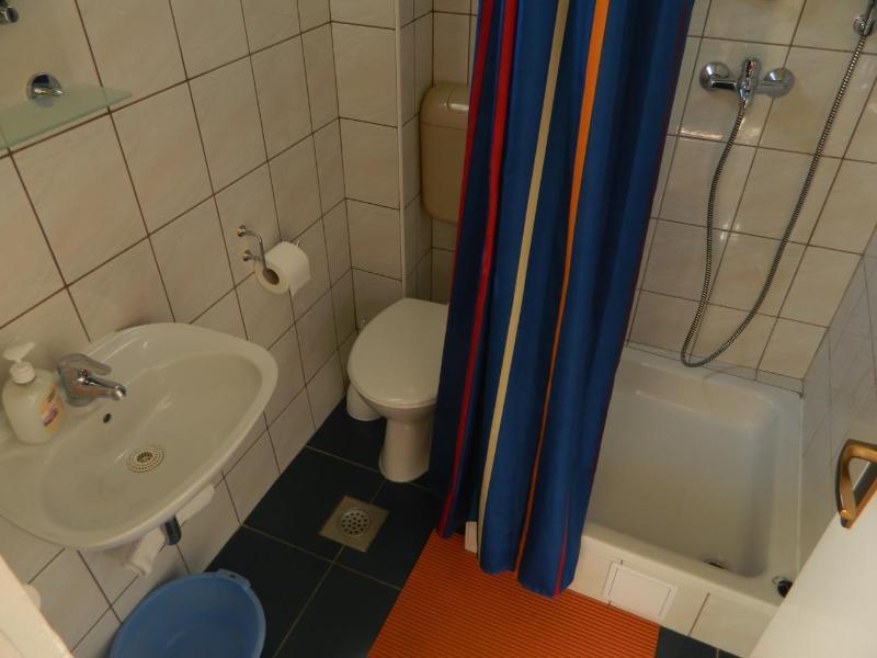 SA4 (2): baño con inodoro.