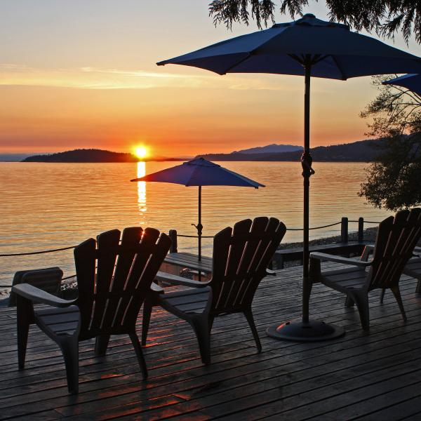 Island Vista Cottage: beach, hot tub, sunsets!, vakantiewoning in Roberts Creek
