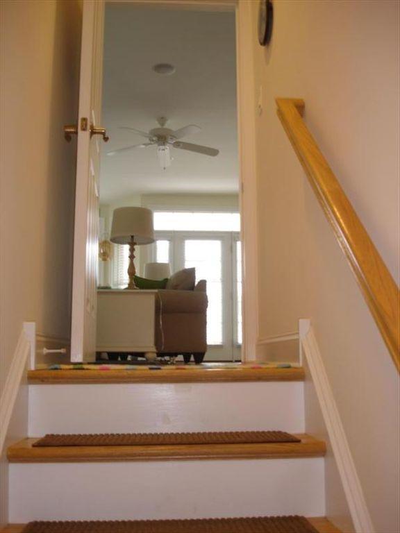 Escaleras entrando desde el garaje a la gran sala