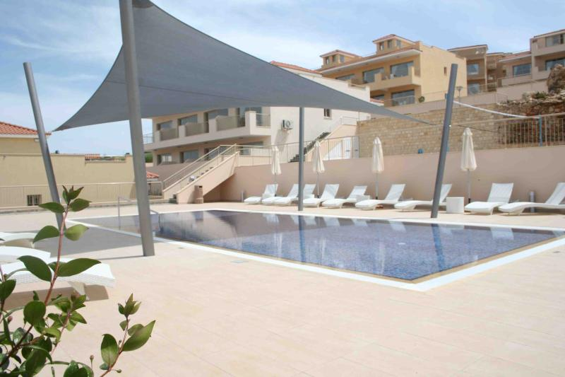 Jacuzzi - 3 Commual Pools - 1 Bed Penthouse Apt, location de vacances à Inia