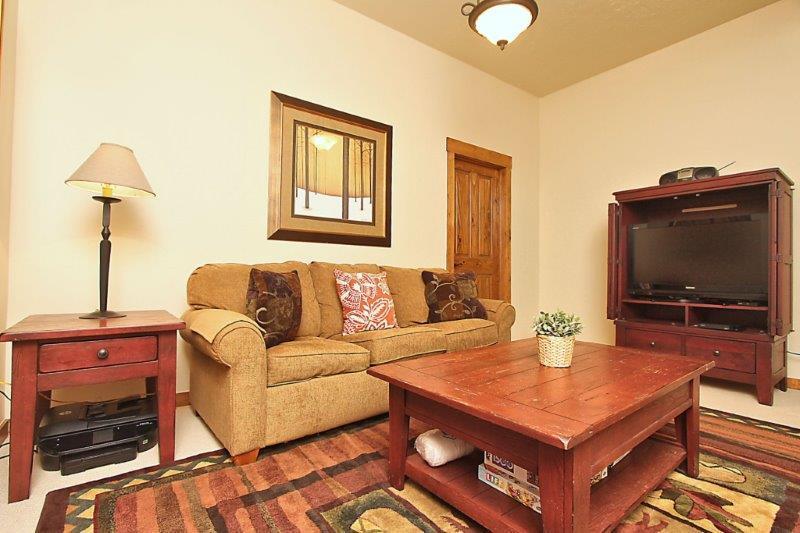 Deuxième salon au niveau inférieur avec canapé-lit gigogne Queen.