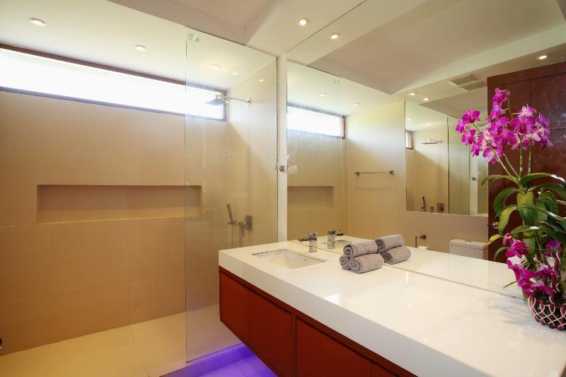 Bedroom 9's ensuite bathroom