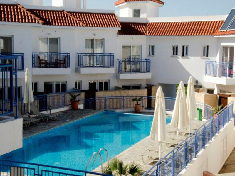 Penthouse Apartment - Roof Terrace - Communal Pool, alquiler de vacaciones en Argaka