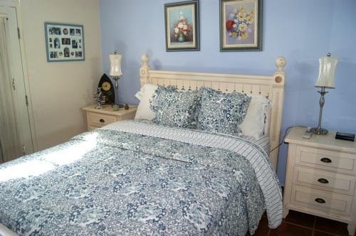 Segundo dormitorio tiene cama queen size y aire acondicionado