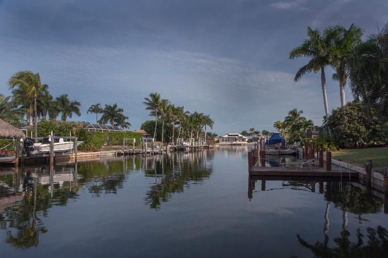 478 Persian Ct. Marco Island, Florida. Blick vom Dock auf den Kanal nach oben.