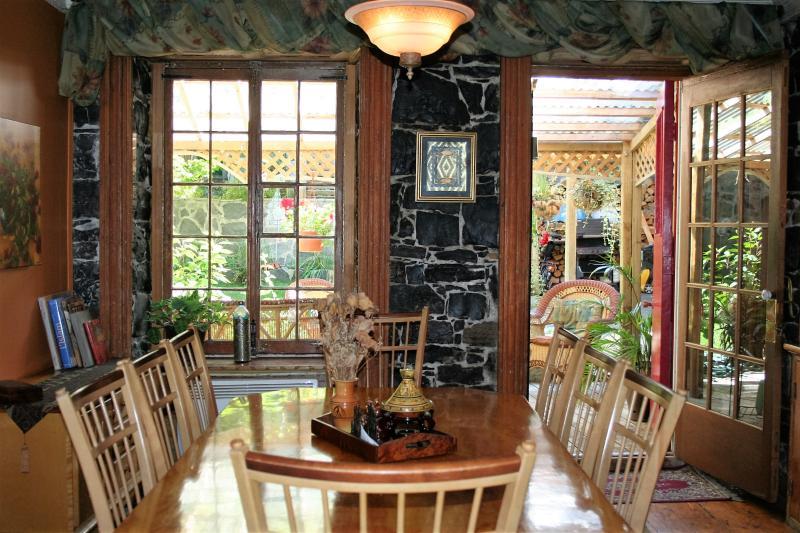 Petits déjeuners copieux, santé et délicieux, servis entre 8 h et 10 h, Jardin, foyer, wifi...