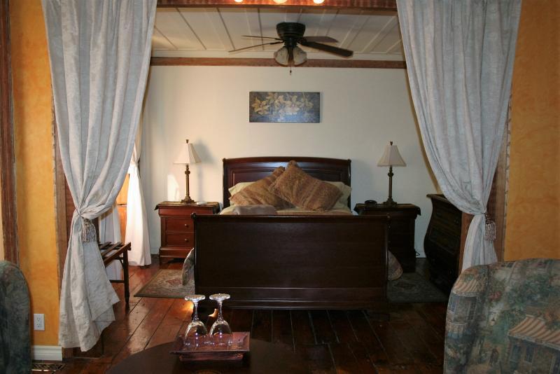 La Suite Jardin,Salle de bain privée, lit queen, confort et cachet antique, commodités moderne, Wifi