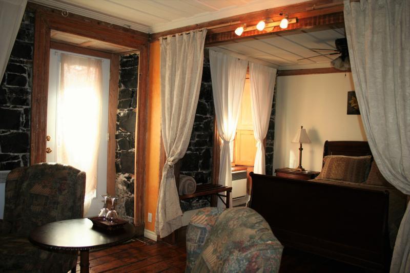 Suite Jardin, vue sur le Jardin, accès directe à la terrasse, coins salon, frigo, micro-onde, télé.