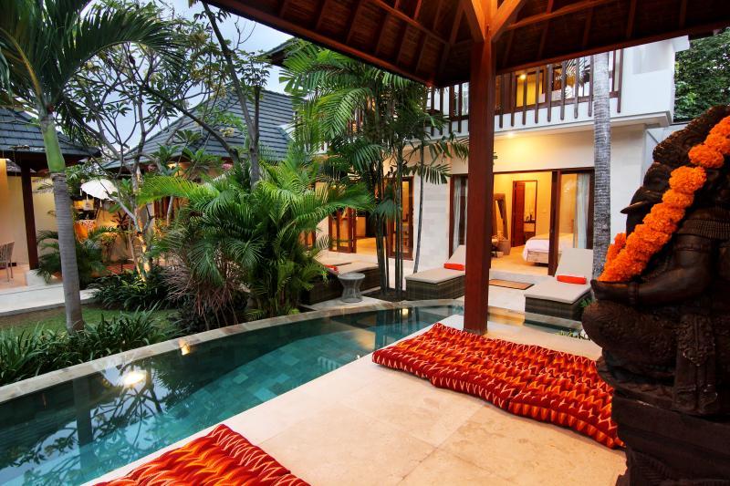 Villa junto a la piscina