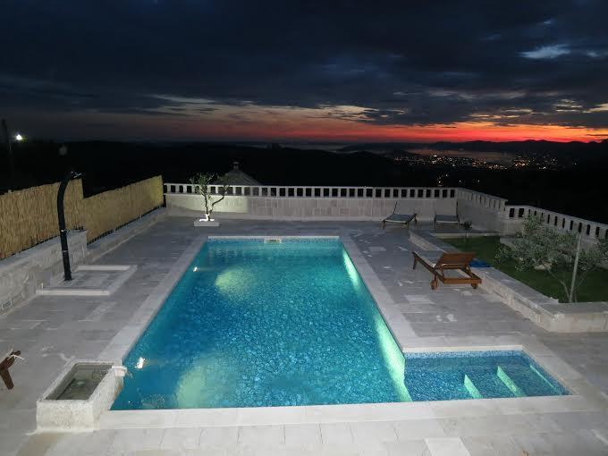 In serata, ben luci e indimenticabile panorama Split organizzato