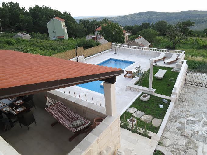 Terrazza coperta e la zona piscina