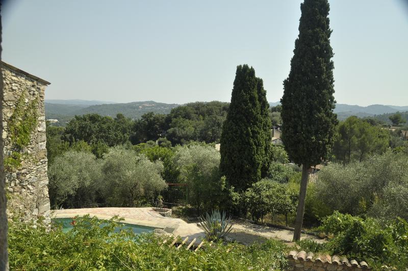 Provencal farmhouse with pool set in olive trees., location de vacances à Spéracèdes