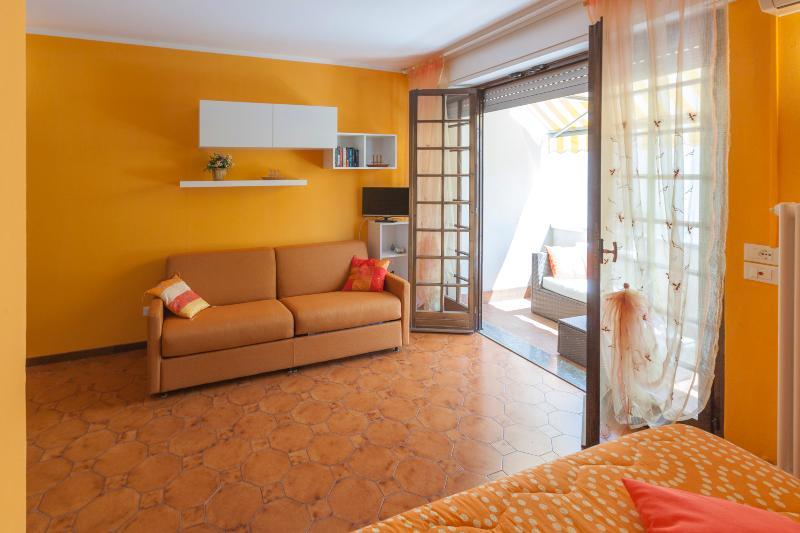 Terrazo apartamento BELLAGIO con balcón privado, solarium y aparcamiento privado.