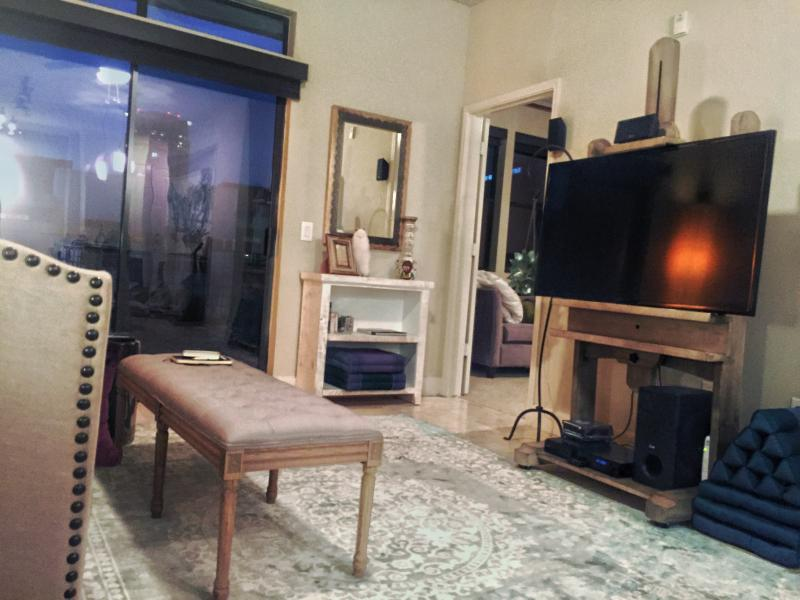 Large ZEN beautifully furnished GALLERIA 1/1 w/ POOL view, TOP floor, ART, wifi, washer/Dry