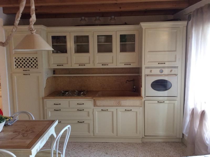 cucina completa di forno, lavastoviglie e microonde.