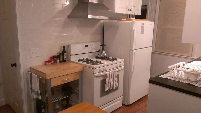 Küche mit allen Geräten und Küchenhelfer