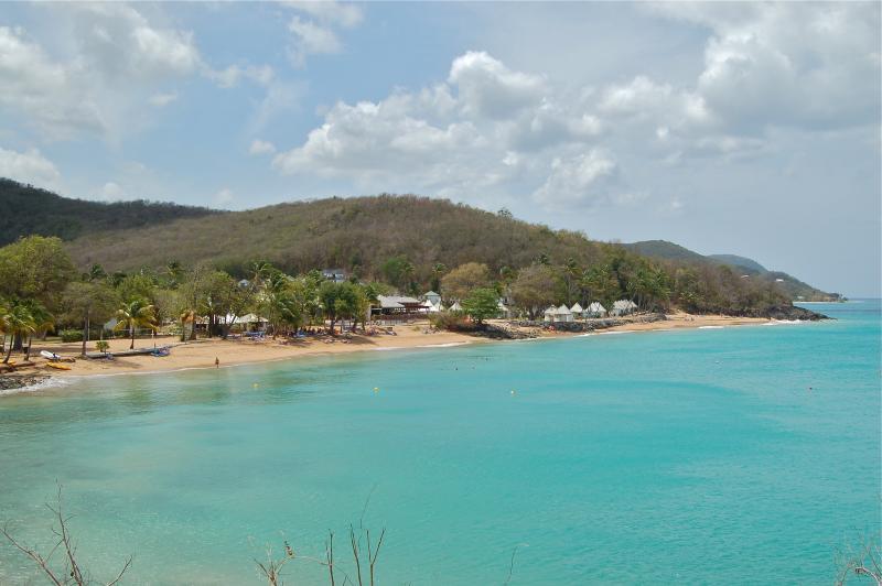 La plage de Fort Royal située à 300 m à pied sans route à traverser. Activités nautiques à l'hôtel.