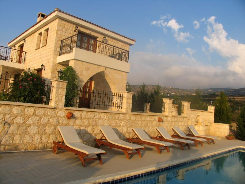 Breath Taking 4 Bedroom Villa - Infinity Pool, holiday rental in Steni