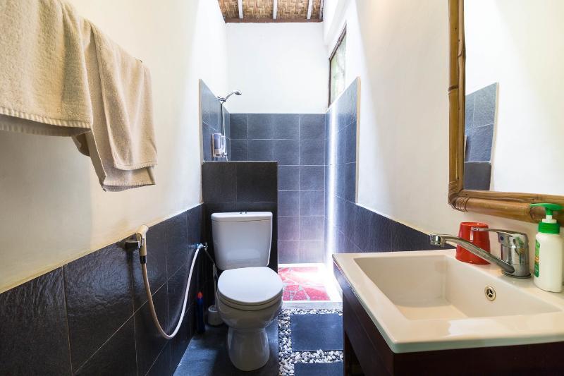 Bathroom (Queen Bedroom)