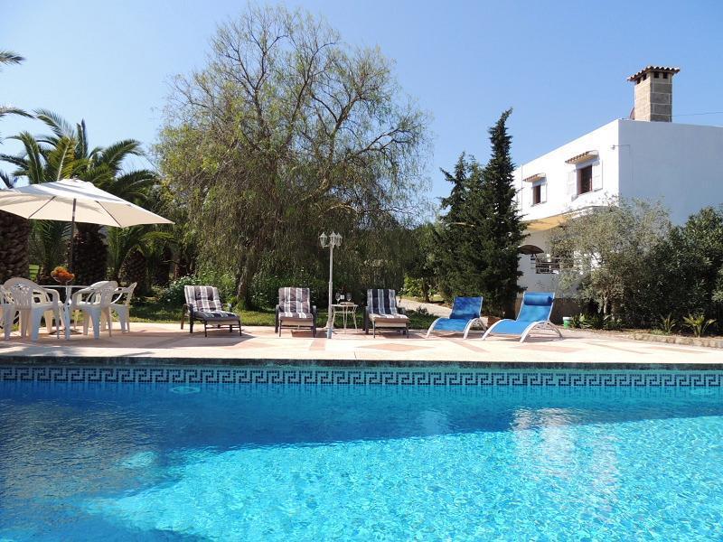 Can Garba - Pool with sun loungers