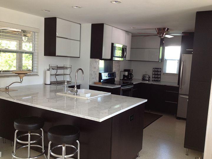 C'est un endroit idéal pour cuisiner avec un échappement complet ou boire au comptoir en marbre.