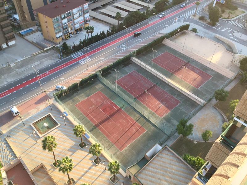 Donnant sur les tribunaux de tennis