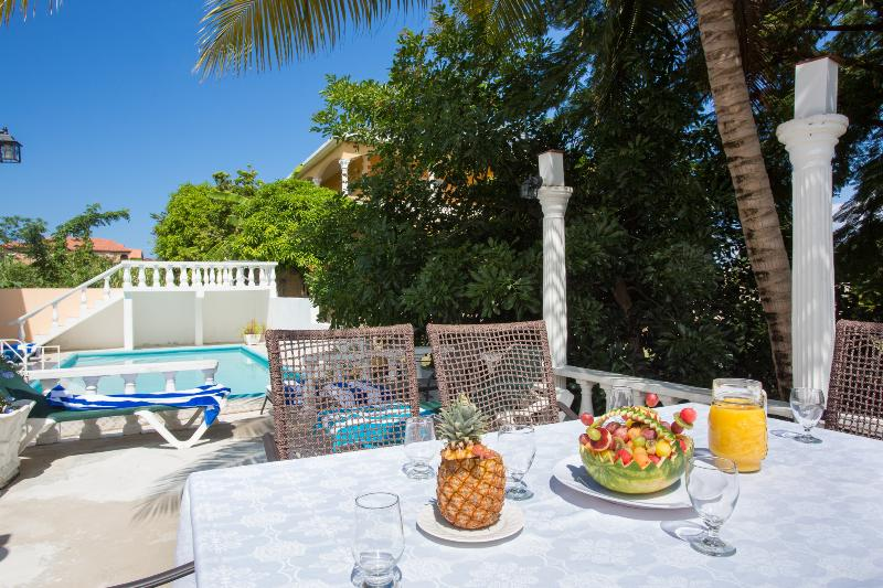 Dine al fresco with the gentle breezes and palm trees swaying by the pool