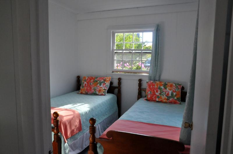 Guest room with 2 comfortable twin beds